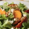 Салат с персиком и салатом